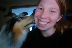 Hundemaedchen_Gaia_Langhaarcollie_Collie_Rough_Bluemerle_Trickdogging_Trick_Beschaefigung_Selfie_Trick_Kuss